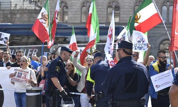 İRAN DIŞİŞLERİ BAKANI STOCKHOLM'DA PROTESTO EDİLDİ