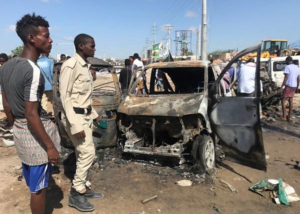 SOMALİ'DE BOMBA YÜKLÜ ARAÇ PATLATILDI: 90 ÖLÜ