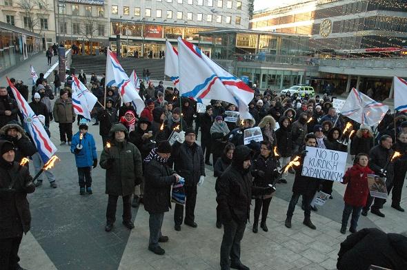 ASUR FEDERASYONU'NDAN KÜRTLERE MEŞALELİ PROTESTO