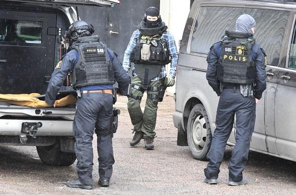HALLUNDA'DA POLİS CEPHANELİK BULDU