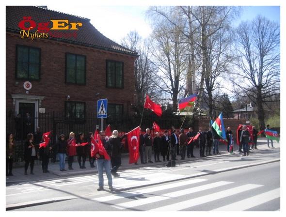 """Bugün Stockholm Büyükelçiliği önünde İsveç'te yaşayan Türkler ve Azerbaycanlı kardeşlerimiz """"Vatan Nöbeti""""ndeydi..."""