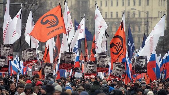 Moskova'da Boris Nemtsov için 50 bin kişi yürüdü