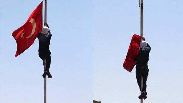 2. Hava Kuvvetleri Komutanlığı'ndaki bayrağı indirdiler