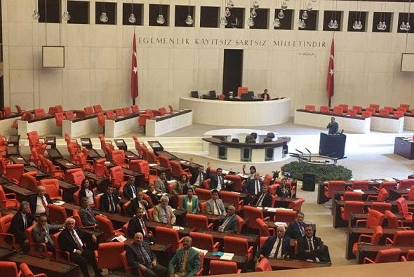 CHP, PARLAMENTO'DA 'DEMOKRASİ NÖBETİ'NE BAŞLADI