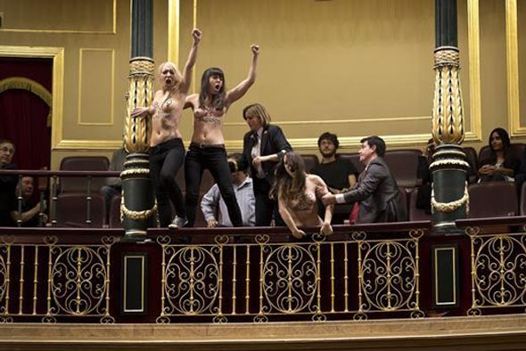 FEMEN BU KEZ DE İSPANYOL PARLAMENTOSU'NU BASTI