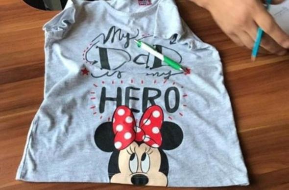 'My Dad My Hero' yazılı tişört giyen küçük çocuk annesiyle birlikte gözaltına alındı