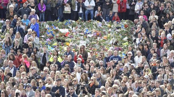 STOCKHOLM'DA BİNLER TERÖRE KARŞI SEVGİ DEDİ