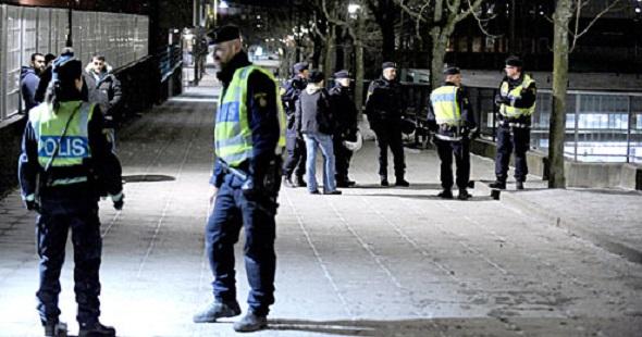 TENSTA'DA KAOS, POLİS UYARI ATEŞİ AÇTI