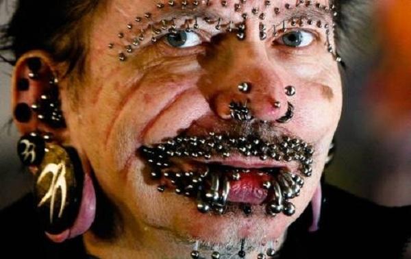 Piercingli Alman Dubai'ye sokulmadı