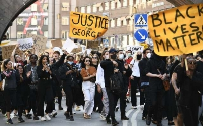 STOCKHOLM'DA BİNLERCE KİŞİ ABD'Yİ PROTESTO ETTİ
